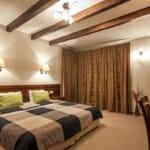 Villa Chalet Everest - спалня с греди на тавана