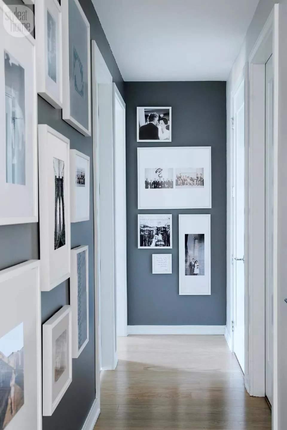 Стена от картини или снимки в антрето