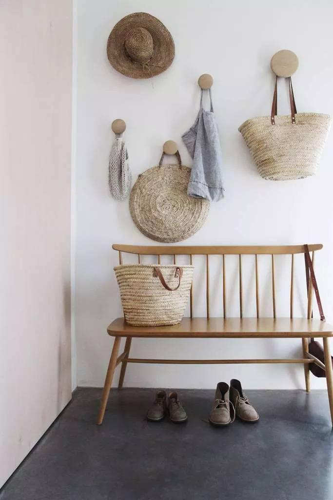 Дървени закачалки като декорация в антрето