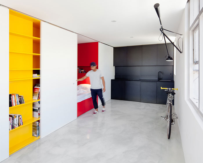 Минималистично обзавеждане на студио в ярки цветове
