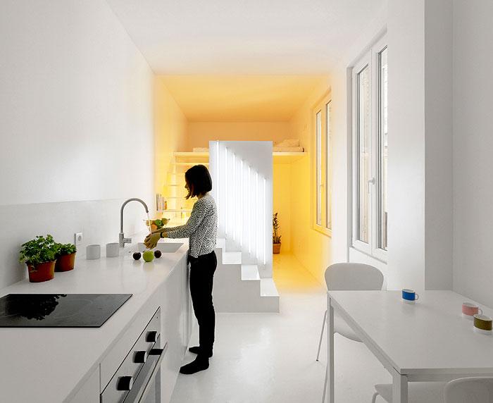 Светлини в различни цветове като визуален разделител на пространството в студио