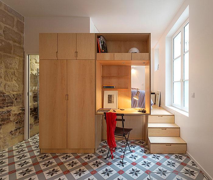 Смел дизайн с разнообразни подове и стени в студио