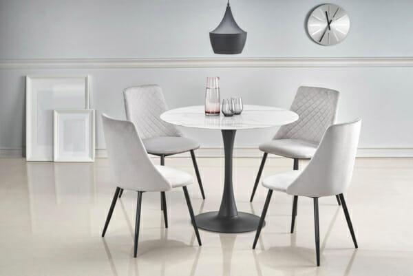 Кръгла маса със стъклен плот като мрамор и черна основа с бели столове