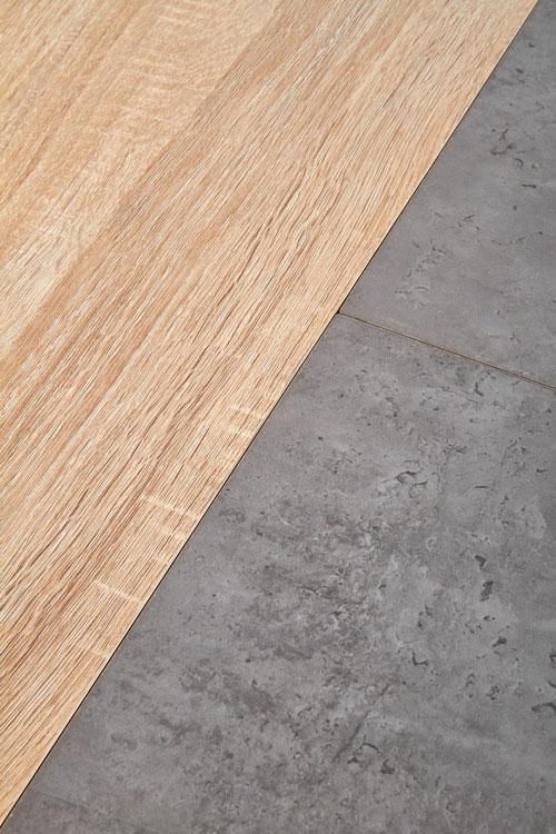 Разтегателна трапезна маса с плот като дърво и бетон - детайл плот