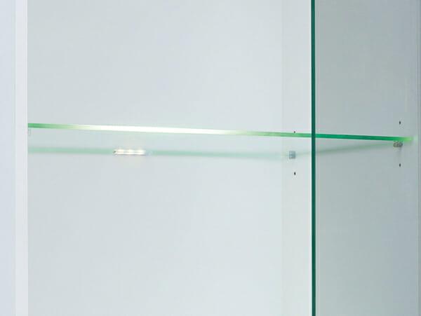 Висок шкаф витрина със стъклена вратичка и рафтове Хеда - детайл