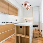 Модерна кухня в бяло и светло дърво