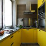Жълта кухня с метални акценти - De Carlo Architetti