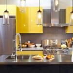 Жълта кухня с остров и мивка - Trendir