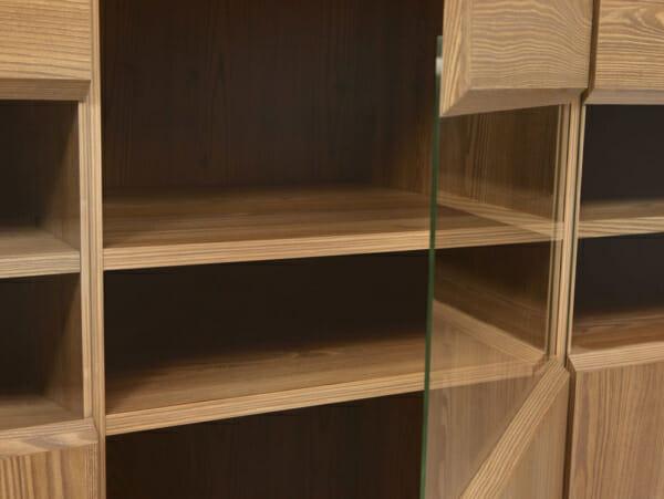 Шкаф с 3 вратички със стъкло и осветление Берген - детайл
