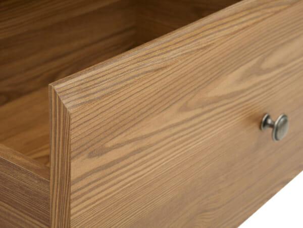 Стилен скрин с 4 чекмеджета в дървесен цвят Берген - детайл чекмедже