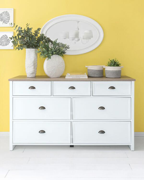 Стилен скрин със 7 чекмеджета в бяло и дървесен цвят Канет - декор