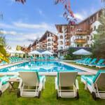 Кемпински Хотел Гранд Арена - външен басейн и шезлонги