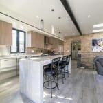 Кухня с мраморен барплот