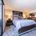Спалня с морска декорация на стената