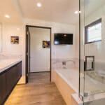 Модерна баня с мраморни детайли