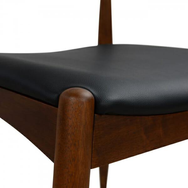 Трапезен стол в цвят орех и тапицерия от еко кожа-детайли седалка