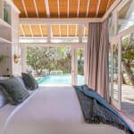 Спалня с изплаз към басейн