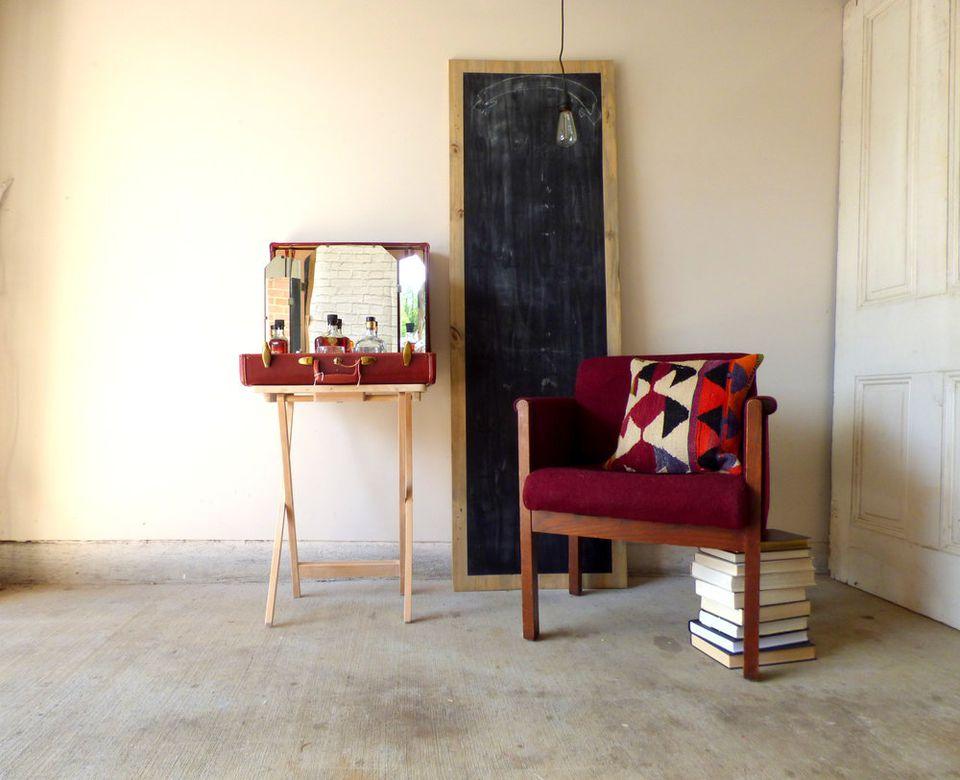 Винтидж куфар използван като бар маса