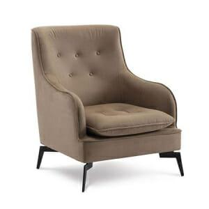 Кафяво кресло с мека възглавничка и дървени крачета