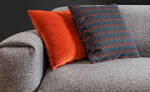 Двуместен диван с дамаска в сиво и метални крачета Sofi-детайли, дамаска