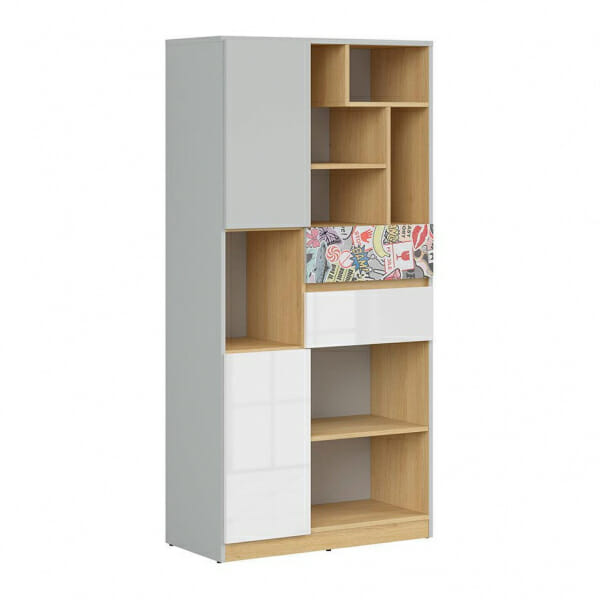 Висок шкаф с открити рафтове и детайл комикс Нанду