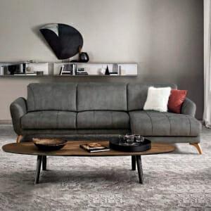 Ъглов разтегателен диван в сив цвят и дървени крачета