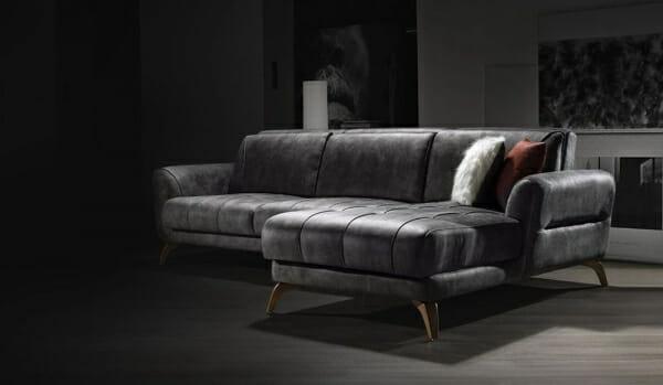 Ъглов разтегателен диван в сив цвят и дървени крачета-интериор