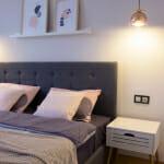 Сива спалня с бели нощни шкафчета