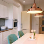 Кухня в бяло и светло дърво